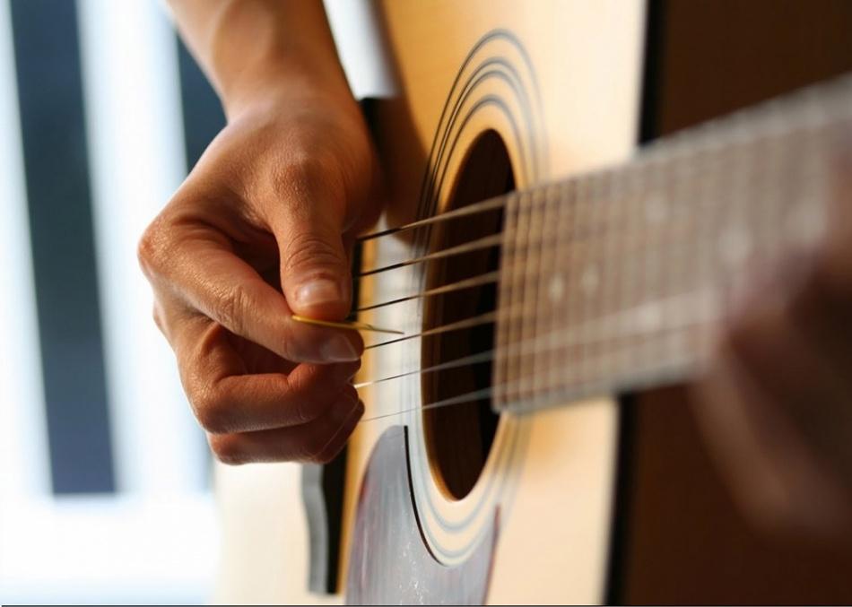 Как правильно играть медиатором гитаре